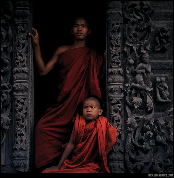 Каждый мужчина в Мьянме  должен побыть монахом и военнослужащим. в школьные каникулы семьи отправляют мальчиков к наставникам, где они постигают основы духовного роста в силу своих способностей.