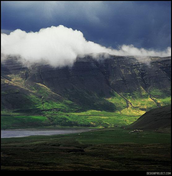 Поездка в Исландию – это гонки со стихиями. Как правило, плохая погода расстраивает в путешествиях, но на этой земле нужно научиться получать удовольствие даже от самых скверных условий. Порой они бывают необычайно вдохновляющими, суровость, зачастую, – это и есть исландская красота.