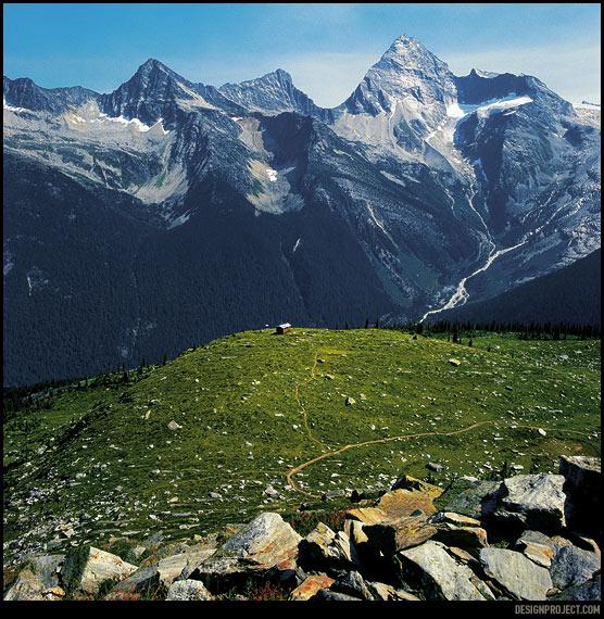 """Позади три с половиной часа непрырывного подъема в абсолютном одиночестве. GPS информирует, что я уже на 1200 метров выше лагеря. В голове от усталости крутится только одна мысль: """"где же конец пути"""""""