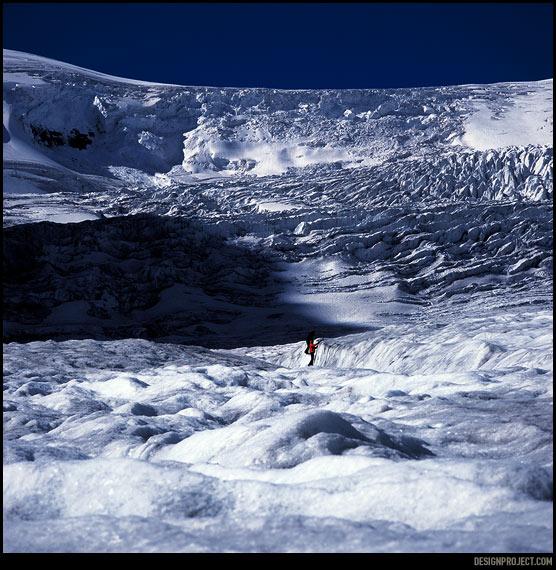 Icefield Columbia – это гигантская ледяная шапка площадью 325 км2 и толщиной до 300 метров. Расселины в леднике, так называемые crevasse, – самые гиблые и опасные места для путешествия по поверхности, провалишься – даже искать не станут.