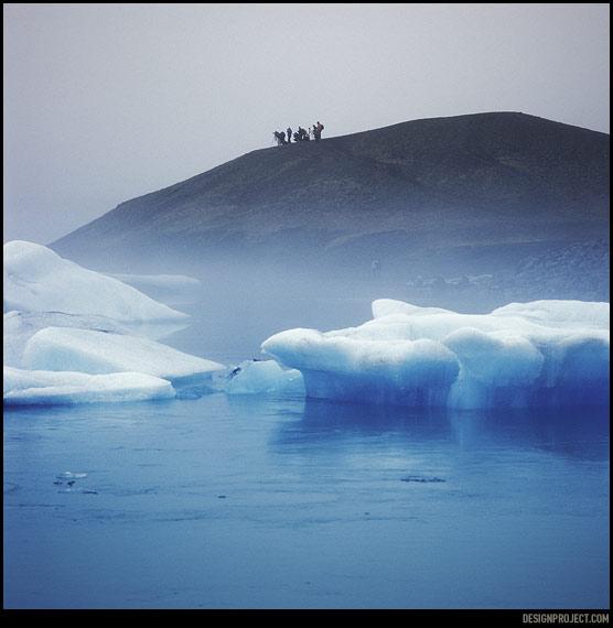 """Сидим в машине и ужинаем """"с коленок"""". За окном «исландский телевизор» – многотонные плотные куски отколовшегося ледника сталкиваются со звуком, напоминающим раскат<br>грома. Последние туристы сейчас разъедутся, начнем обустраивать ночлег."""