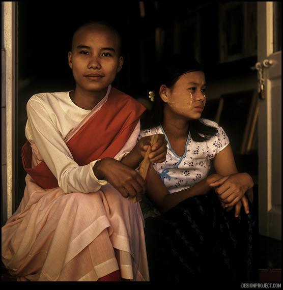 Буддистских монахинь не часто видно на улицах мьянмы, розовые одежды и лысая голова выглядят почти инопланетно.