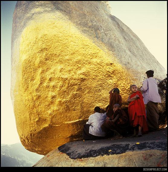 Золотой камень — одна из самых почитаемых святынь мьянмы. По преданию он держится на волосе Будды.