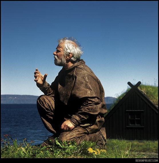 Про отчаянную борьбу за существование рыбаков прошлого рассказывает чуть поддатый хозяин маленького музея, облаченный в костюм из кожи наподобие тех, что носили его предки. Дома строили из принесенных океаном бревен, отапливали торфом.