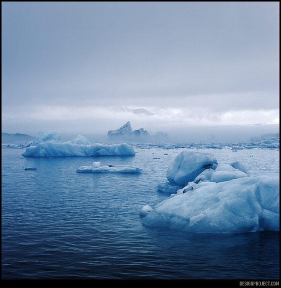 У сформировавшегося под гигантским давлением ледникового льда, за счет больших размеров кристаллов, пронзительно голубой цвет – даже в пасмурную погоду.
