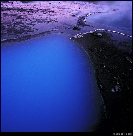 Смотря на закате в мутную, но удивительно синюю гейзерную расселину – готов был поклясться, что она светится изнутри, а вовсе не за счет преломления света. Глубокая расселина рядом заполнена, напротив, кристально чистой водой.