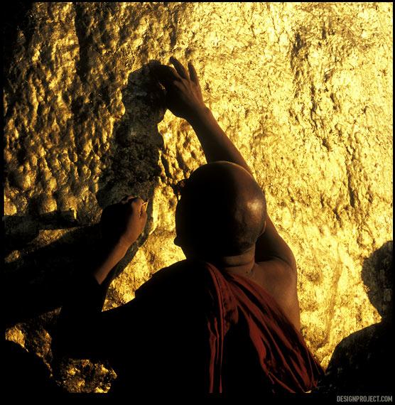 В небогатой мьянме все святыни покрыты килограммами золота, которое веками втирали руки верующих в надежде о лучшей жизни.