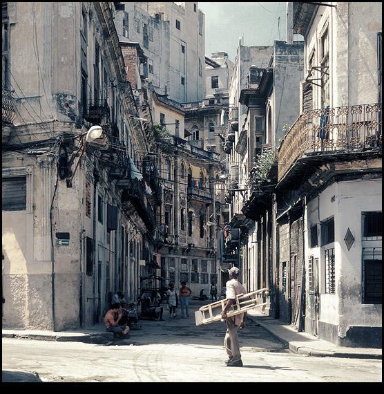 """Просыпающиеся жители начинают неспешно выползать из своих подъездов и садиться на тротуар, отсюда вся жизнь виднее. """"Спешат по делам"""" – это точно не про кубинцев."""