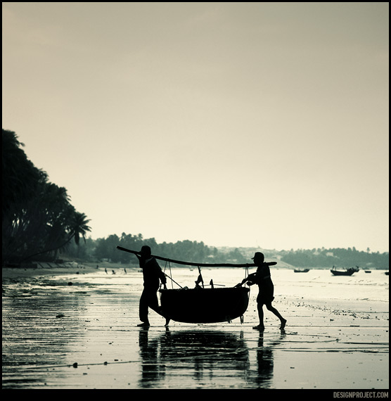 Форма небольших рыбацких лодок во вьетнаме выглядит как неустойчивая гигантская скорлупа кокоса.