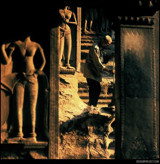 Храмовый комплекс Ангкор – одно из немногих мест в юго-восточной азии, где власти позаботились об эстетическом аспекте форменной одежды. Почти камуфляжные наряды работников не отвлекают внимание посетителей.