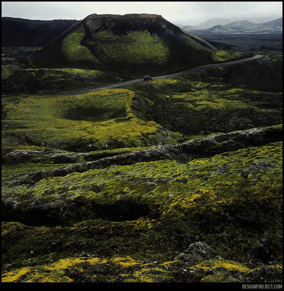 Вулканическая деятельность лепит хрупкие, сказочные ландшафты. Небольшие кратеры иногда даже не заметны с первого взгляда.