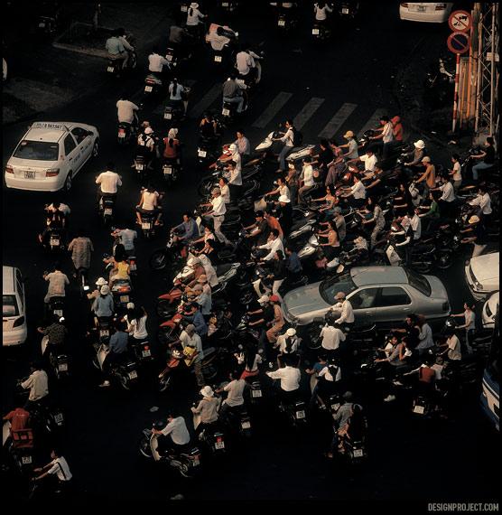 Переходить улицу в час пик в сайгоне нужно медленно и без резких движений, подняв <br>над собой руку, можно даже это делать не глядя на дорогу. срабатывает пока не поедет автобус.
