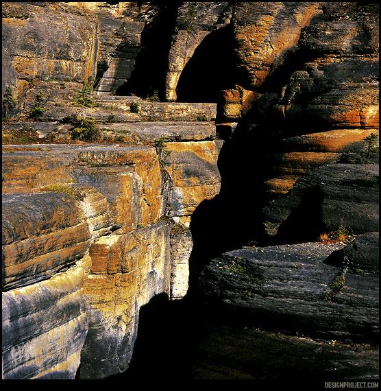 Стремительный водяной поток выгрыз в камне узкий и глубокий каньон. Прижавшись к скалам в тридцати метрах над водой можно почувстовать вибрацию.