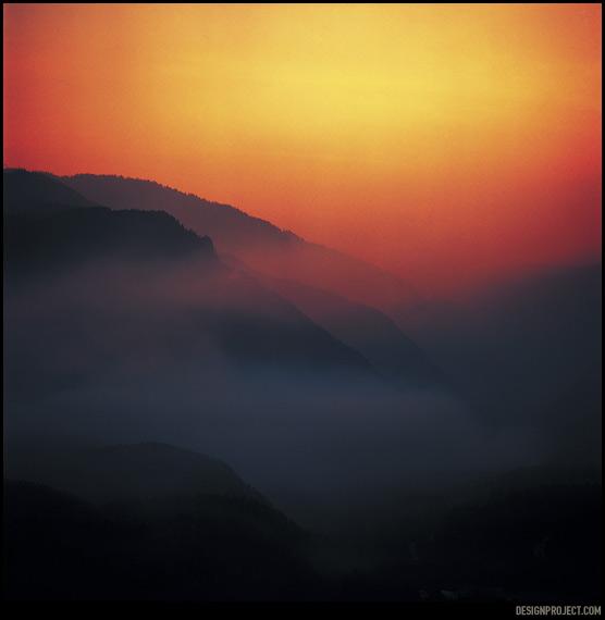 Наполняя воздух едким ароматом гари, дым лесных пожаров заполняет долину вечером и улетает за десятки километров по ветру днем.