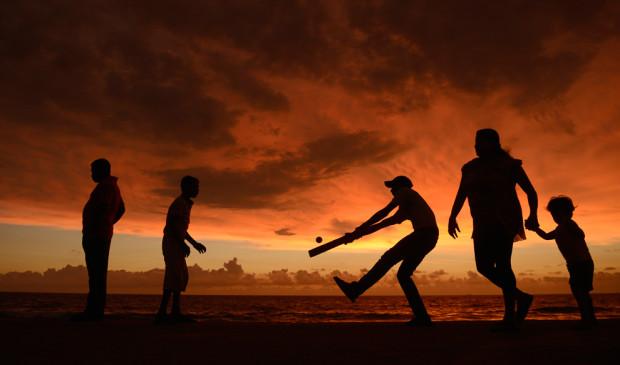 Люди играют на набережной в Коломбо, Шри-Ланка.  Philip Brown