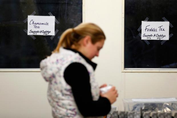Каталин Одвид упаковывает чай. Выращиваемый чай родом из