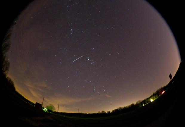 Полосы от метеоров пересекают небо во время ежегодного метеорного потока Геминид  13 декабря 2012 года, около Лафайета, штат Индиана. Метеоры находятся в области неба, где находится созвездие Близнецов. Michael Heinz