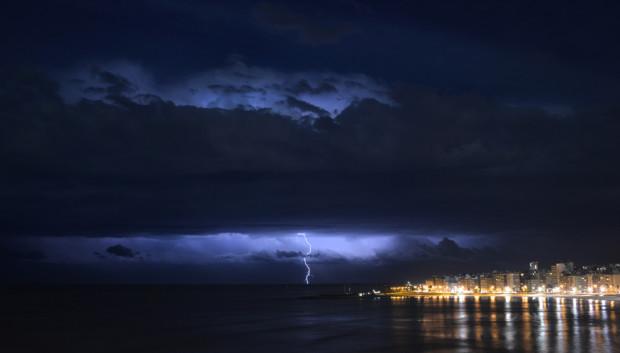 Молния вспыхивает на горизонте над Ривер Плейт у побережья Монтевидео, Уругвай, 29 декабря 2012 года. Mariana Suarez