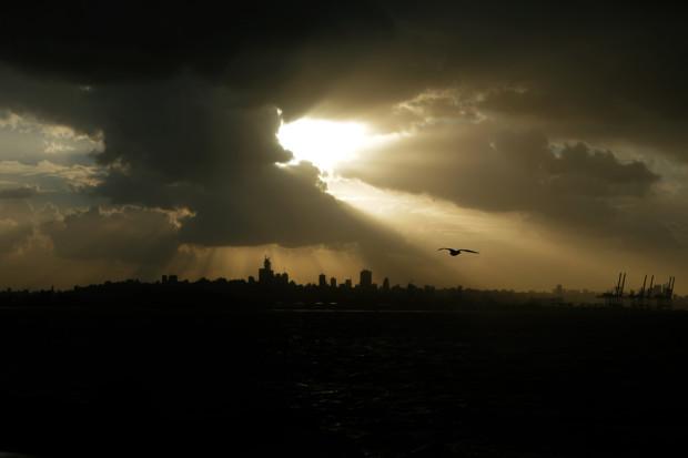 Тяжелые облака затянули небо над Бейрутом 7 января 2013 года. Joseph Eid