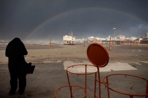 Ультра ортодоксальный еврей смотрит на радугу над Средиземным морем в Тель-Авиве 9 января 2013 года. Oded Balilty