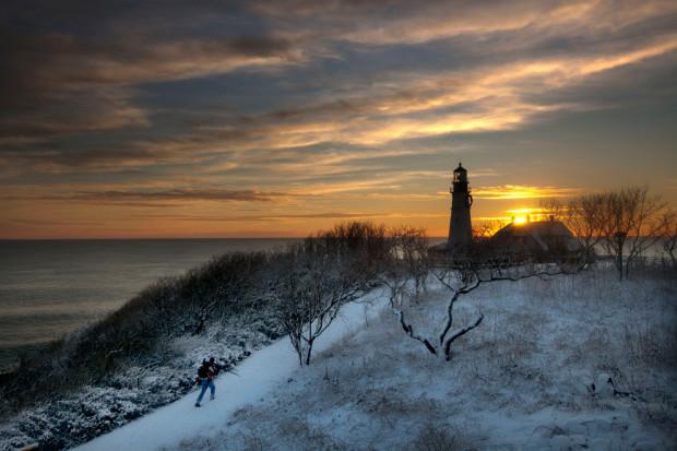 Фотограф, вооружённый техникой до зубов, бежит со штативом с целью найти лучшее место для съёмки рассвета. Портленд, 17 января 2013 года, Кейп-Элизабет, штат Мэн. Robert F. Bukaty