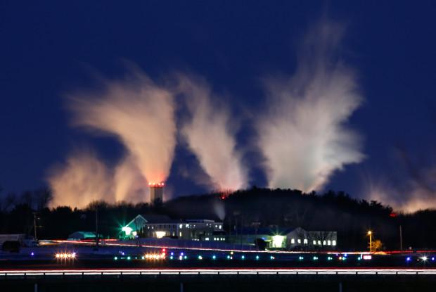 При температуре -21 по Цельскию пар из труб бумажной фабрики Sappi рассеивается в утреннем небе. Вестбрук, штат Мэн, 24 января 2013 года. Robert F. Bukaty