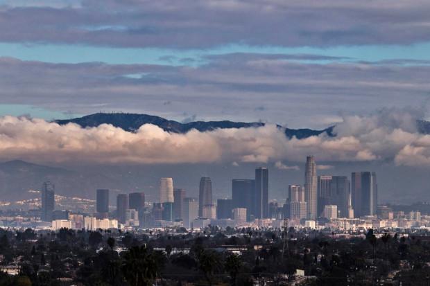 Гора Сан-Габриель возвышается над городом и облаками. Лос-Анджелес, 26 января 2013 года. Adrees Latif