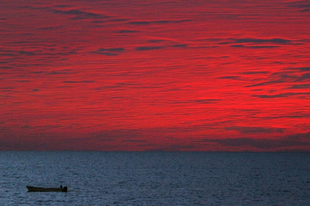 Рыбацкая лодка на фоне заката в Масатлан, Мексика 27 декабря 2012 года. Stringer