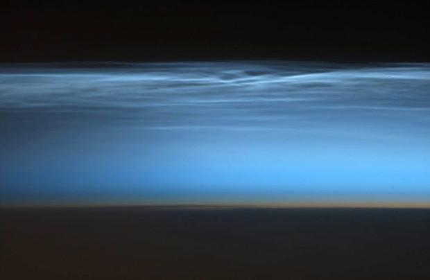 Удивительно редкие облака в мезосфере. С земли их почти не видно. Фотография сделана с космической станции. Chris Hadfield