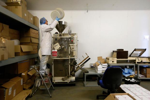 Элвин Кинор засыпает сырьё в чайный автомат