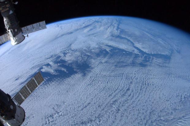 Ньюфаундлен и Лабрадор скрылись под облаками. Снимок сделан с канадской космической станции. Chris Hadfield