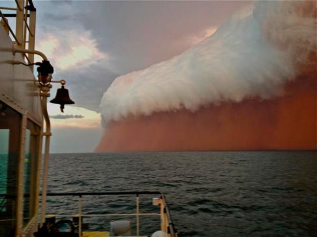 Шторм, оттенок которого вызван красной пылью, путешествует через Индийский океан и дошёл до берегов Австрии. Brett Martin