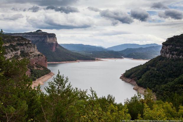 Городов Вик лежит на пути из Рупете в Жероне. Удивительно красивое озеро скрывается на дне ущелья.
