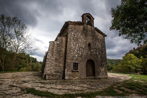Церковь Сан-Хуан-де-Фабрегас, построена в 11-м веке. Рядом - смотровая площадка.