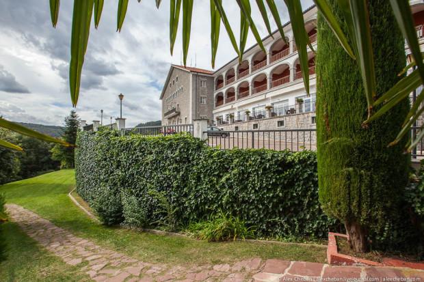Отель весьма мил, не верится, что раньше был фермой. До ближайшего города - 12км.