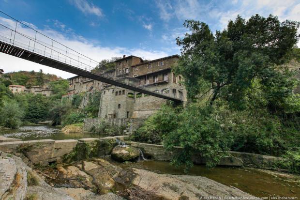 Город возвышается на уровне 890м над уровнем моря на вершине базальтовой сказлы. Попасть в центр посёлка можно лишь по этому мосту. Раньше город был крепостью.