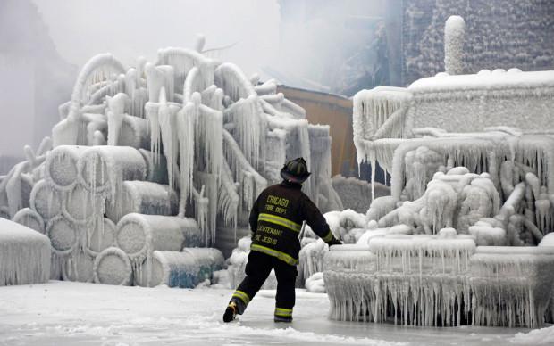 сгоревший заледеневший склад