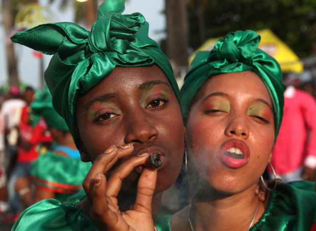 курильщики на карнавале