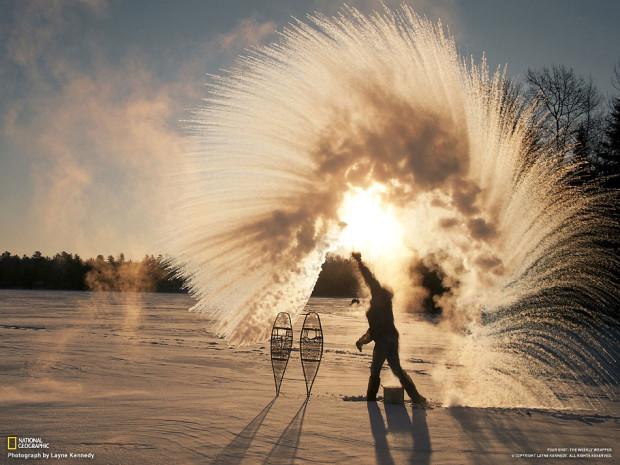 Кипяток на таком морозе испаряется мгновенно. Миннесота, США. Layne Kennedy
