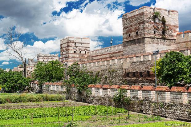 Древние стены Константинополя, или Феодосиевы стены, трехрядные