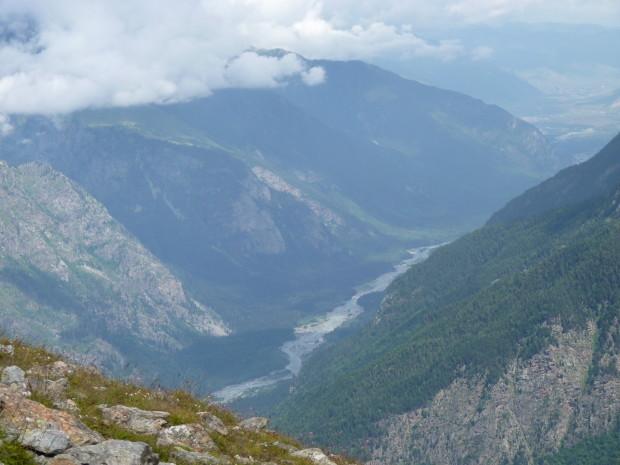 вид на реку с горы. вдалеке пограничный пост в Грузию