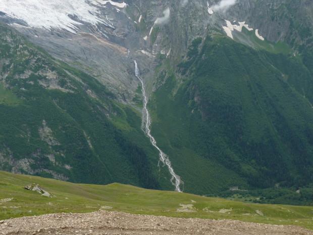 водопад с вершины горы