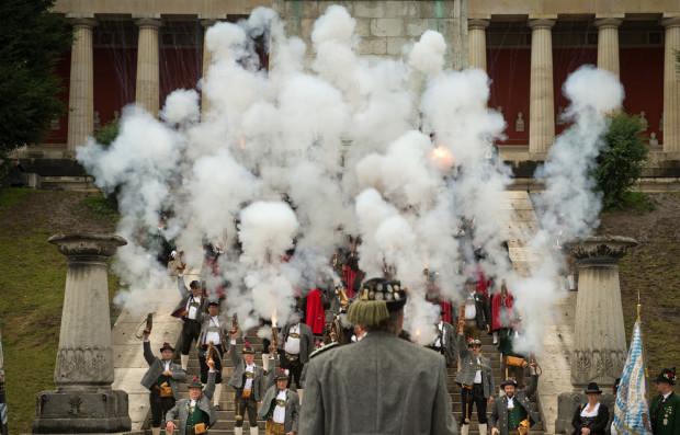 Традиционный залп на церемонии закрытия Октоберфеста в исполнении горных стрелков,