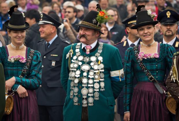 Баварские горные стрелкии в традиционных костюмах любуются салютом