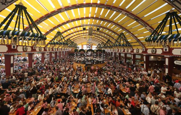 Посетители пьют и стоят в очередях в палатке Loewenbraeu