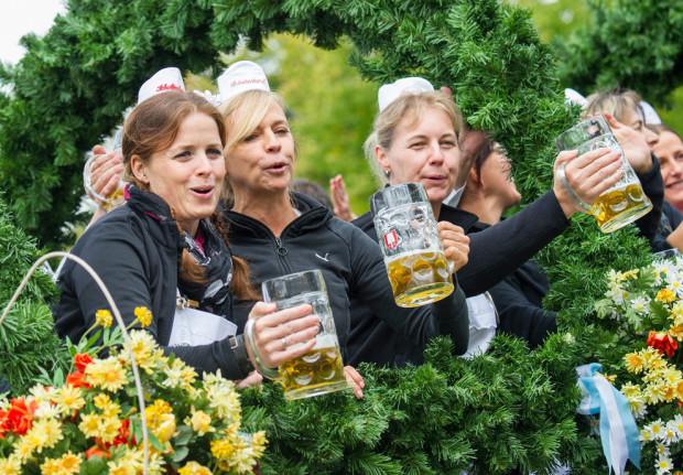 Официантки пьют пиво в первый день Октоберфеста