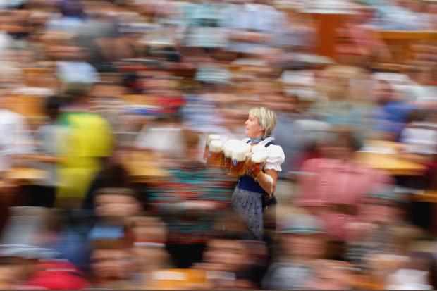 Официантка с пивом уверенно лавирует в толпе туристов