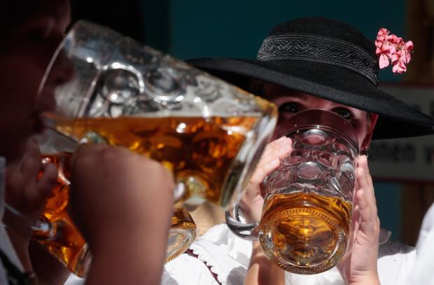 Посетители в традиционных баварских одеждах пьют Hacker-Pschorr