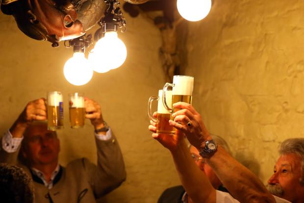 Хранители Октоберфеста сравнивают цвет пива. Всего шесть заводов допущены на праздник: Hacker-Pschorr, Spaten, Loewenbraeu, Paulaner, Augustiner Hofbraeu