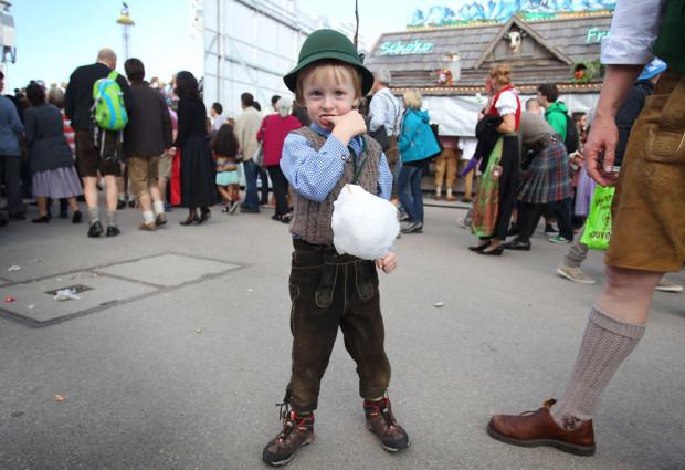 Мальчик в традиционных баварских кожаных штанах.
